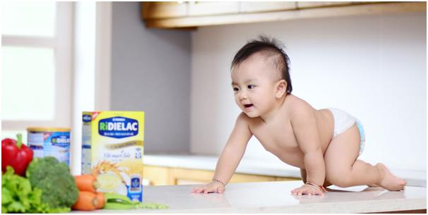 Trẻ 5 tháng tuổi biết làm gì