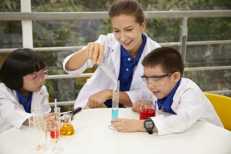 Trẻ tìm hiểu khoa học kỹ thuật để phát triển kỹ năng tư duy tốt hơn